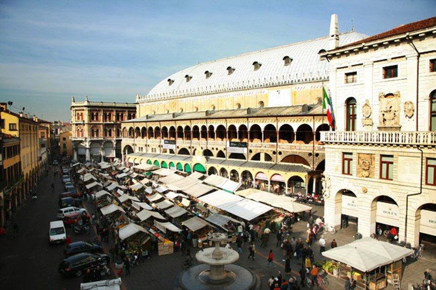 Padova piazza delle erbe b b maison parco del brenta www for Mercato antiquariato padova